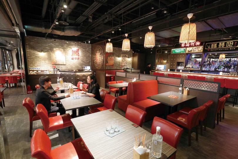 「福來許餐茶酒館」以紅磚、竹籠燈、窗櫺、古早海報等元素,營造濃厚的中式風情。(圖/于魯光攝)