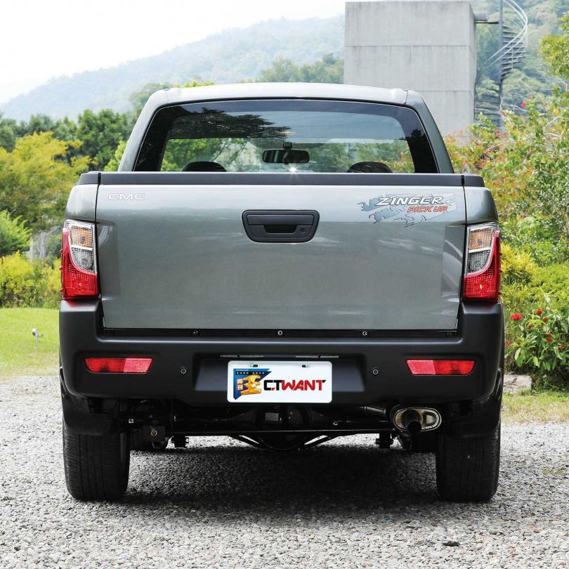 車尾保險桿採用塑膠原色,除了增加粗獷感,也能避免保險桿被刮傷。(圖/王永泰攝)