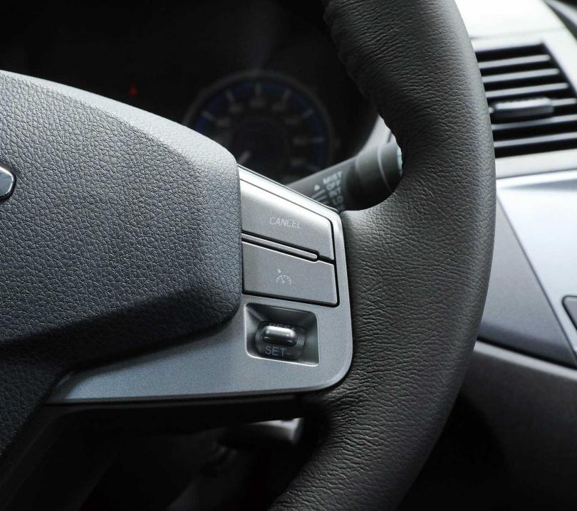 雖然是平民皮卡,但方向盤右側配置定速按鍵,讓車主在長途駕駛時更輕鬆。(圖/王永泰攝)