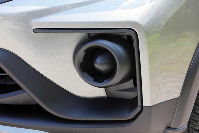 塑膠原色飾版取代霧燈位置,留給車主很大的改裝空間。(圖/王永泰攝)