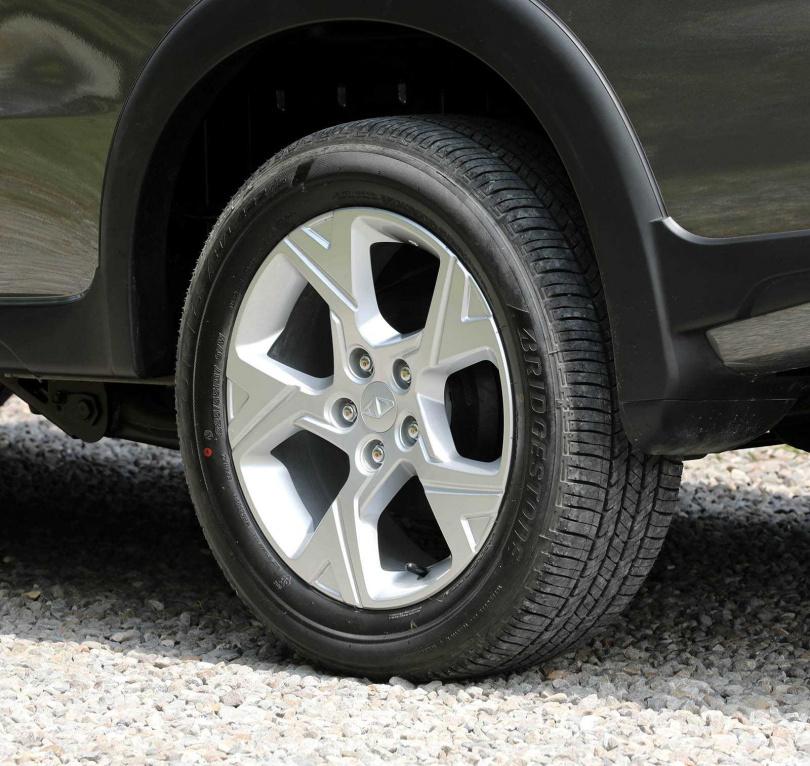 由輪圈大廠ENKEI設計的17吋「戰斧五爪鋁圈」,讓路感回饋更為清楚。(圖/王永泰攝)