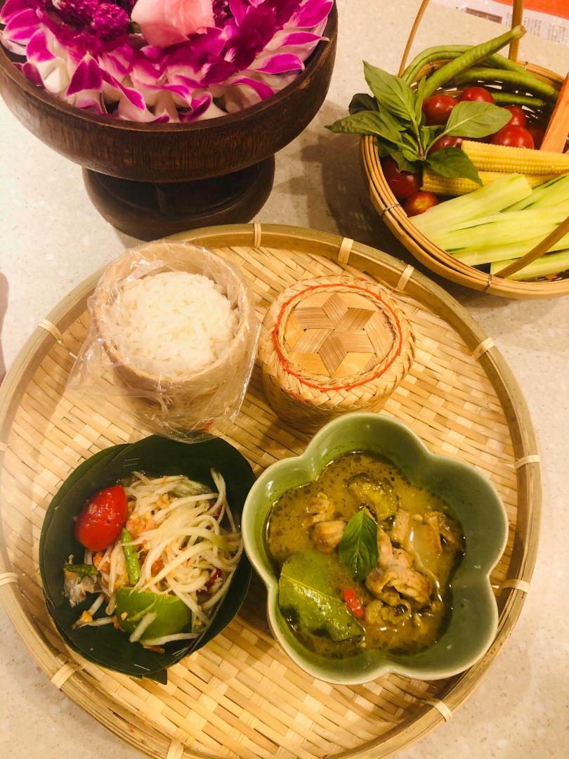 香濃綠咖哩雞、青木瓜沙拉、糯米飯組合而成的套餐。(圖/余玫鈴攝)