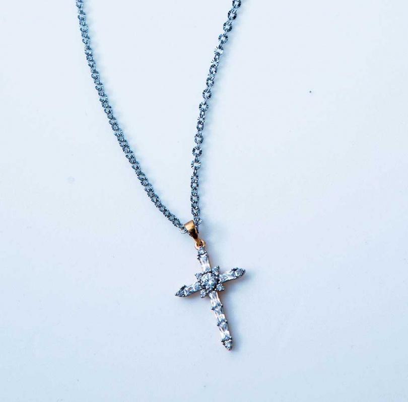 何戎與太太一起挑選十字架項鍊送給安妮,希望項鍊能保護她。(攝影/莊立人)