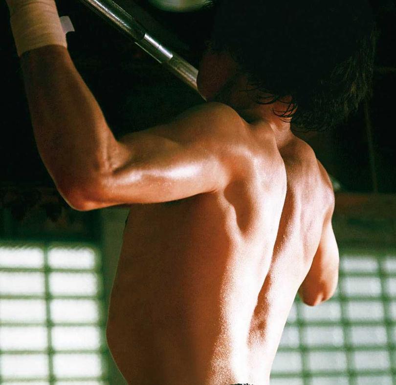 橫濱流星為戲增重10公斤,導演表示他的背肌和開拍前完全不同了。(圖/威視提供)
