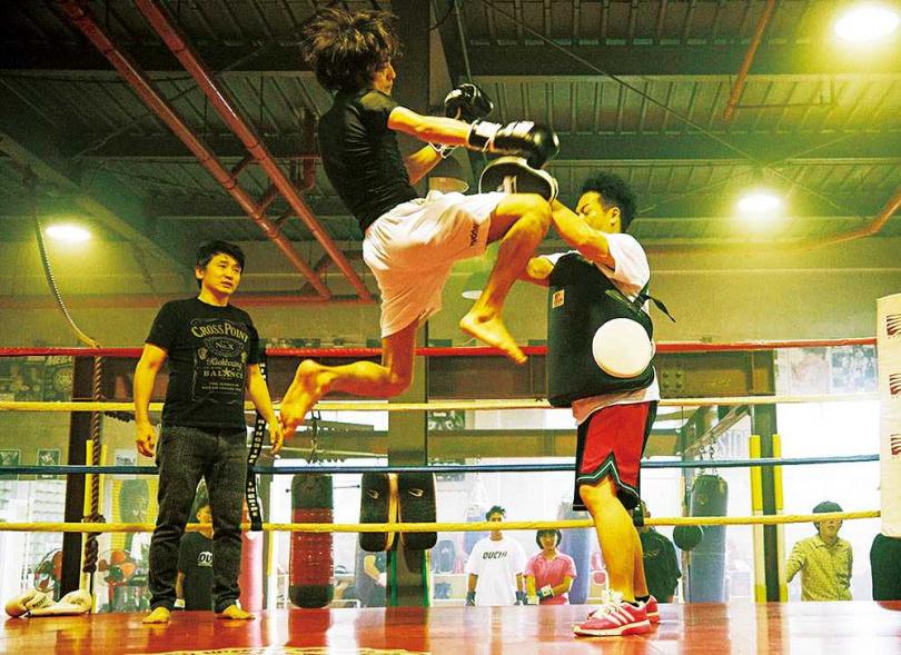 橫濱流星驚人的「超強高踢腿」,連對戲的職業拳擊手都吃不消,坦言挨了兩腳後有點頭昏。(圖/威視提供)