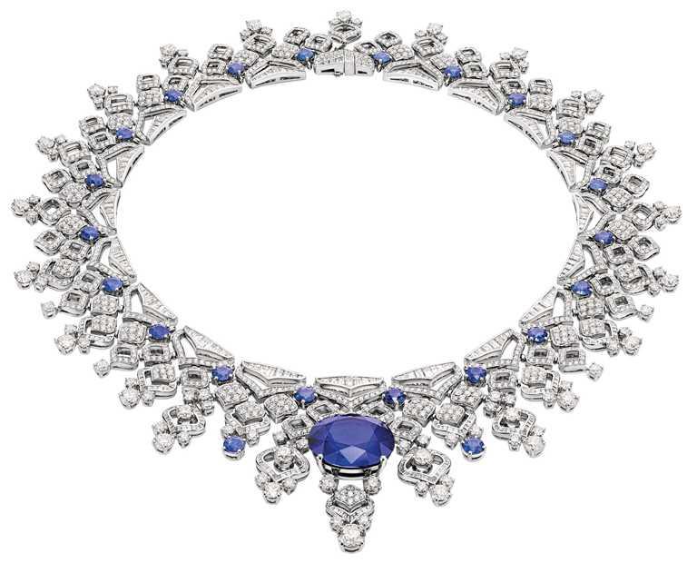 BVLGARI「BAROCKO」系列頂級珠寶「Meraviglia驚奇」,「Sapphire Lace」頂級藍寶石與鑽石項鍊,頂級鉑金項鍊,鑲嵌1顆橢圓形切割藍寶石(28.11克拉)、1顆圓形明亮切割鑽石(1.05克拉)、22顆圓形切割藍寶石(13.72克拉)、381顆花式階梯形切割鑽石(12.79克拉)、圓形明亮切割鑽石與密鑲鑽石(34.62克拉)╱140,667,000元。(圖╱BVLGARI提供)