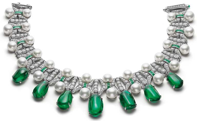 BVLGARI「BAROCKO」系列頂級珠寶「Meraviglia驚奇」主題,「Emerald Star」頂級祖母綠、珍珠與鑽石頸鍊,頂級白K金項鍊,鑲嵌7顆滾筒切割祖母綠(總重約145.75克拉)、珍珠、Buff-Top凸圓形切割祖母綠、圓形明亮切割鑽石與密鑲鑽石╱72,137,000元。(圖╱BVLGARI提供)