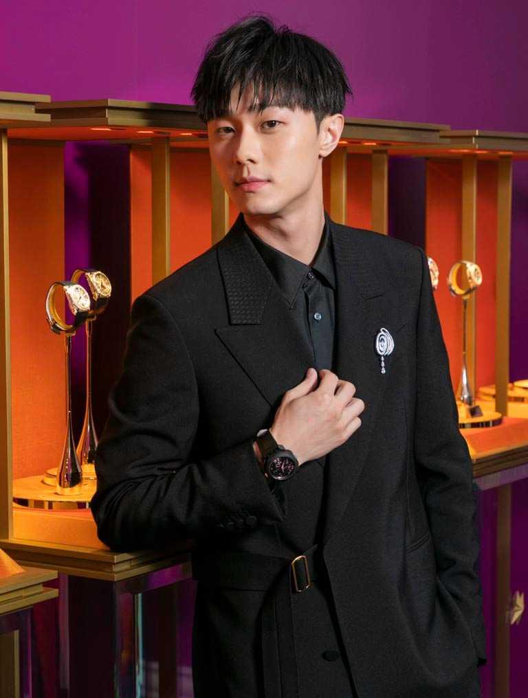 新生代演員施柏宇,以黑色極簡裝束搭配BVLGARI「OCTO ROMA Carillon Tourbillon」鐘樂報時陀飛輪腕錶、綴以鑽石與縞瑪瑙胸針,展現摩登仕紳成熟韻味。(圖╱BVLGARI提供)