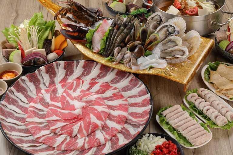 「汕頭泉成」是高雄78年老字號的沙茶火鍋店,以招牌汕頭扁魚湯頭搭配自製的手作沙茶醬聞名。