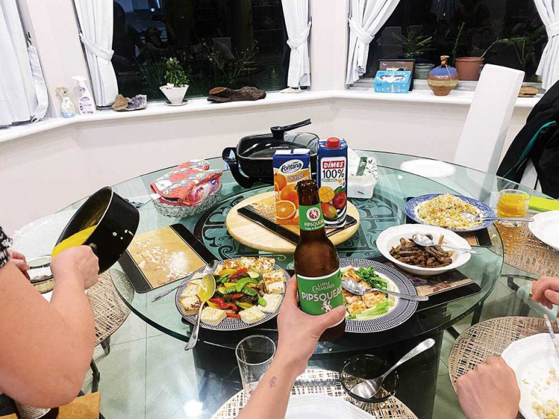 和父母男友一同宅在家,陳芳語除了會跟媽媽一同下廚,有時也會叫外送換換口味。(圖/華風數位提供)