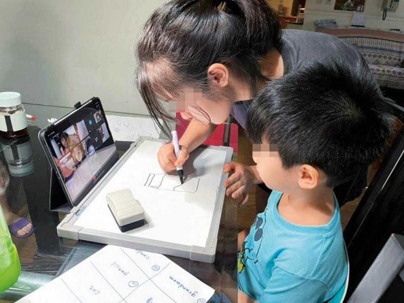 蕭彤雯的大女兒和小兒子感情很好,但因為年紀差距大難免有爭執,需要媽媽用智慧來教育。(圖/翻攝自蕭彤雯臉書)