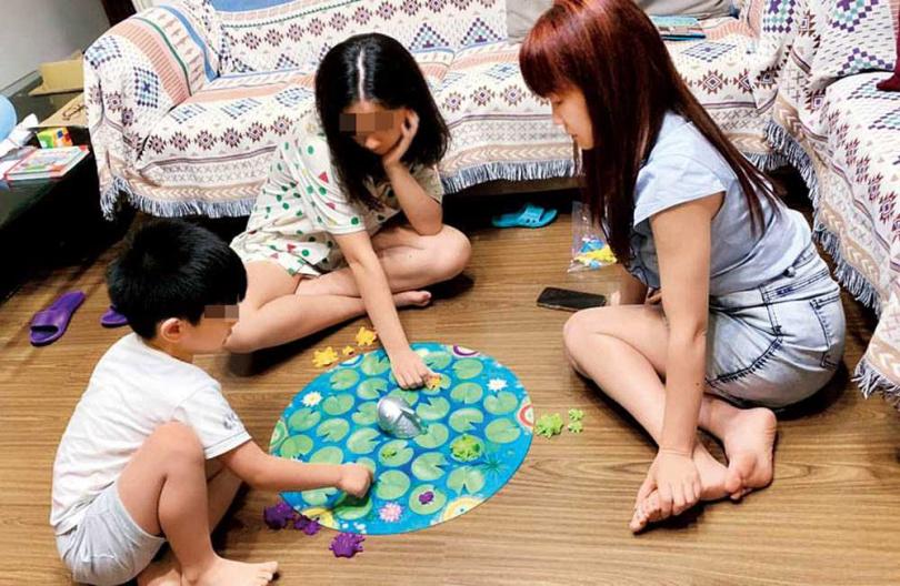 桌遊是蕭彤雯近期意外的驚喜,不但可以打發孩子的時間,還能增進親子關係,動腦兼娛樂。(圖/翻攝自蕭彤雯臉書)