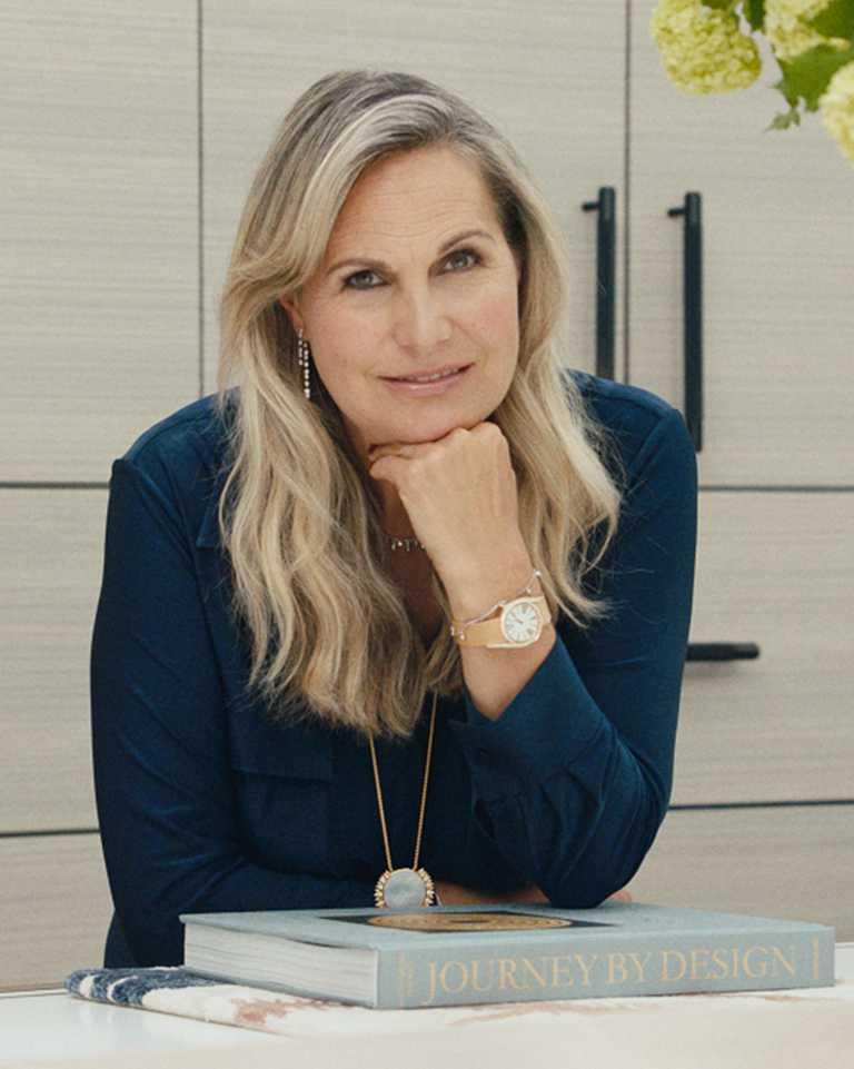 伯爵2021年「非凡女性」代表,英國室內設計師與女性運動慈善家Katherine Pooley,佩戴PIAGET「Limelight Gala」系列18K玫瑰金高級珠寶鑽石腕錶。(圖╱PIAGET提供)