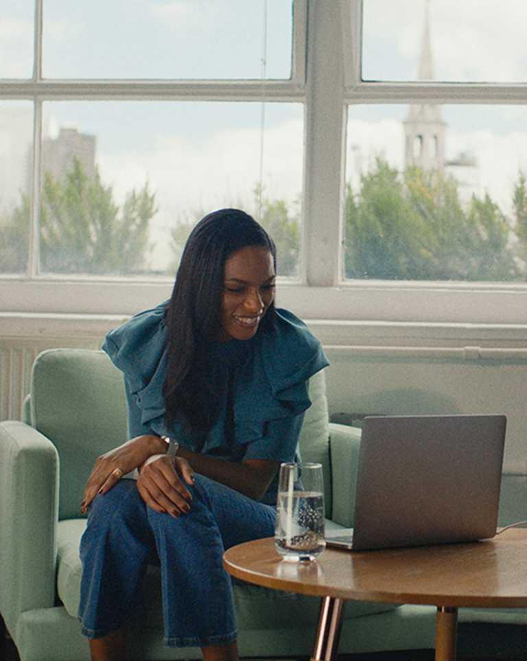 伯爵2021年「非凡女性」代表,剛果時裝模特兒與慈善家Noella Coursaris Musunka,佩戴PIAGET「Sunlight」系列18K玫瑰金宮廷式雕刻紋飾鑽石寬戒。(圖╱PIAGET提供)