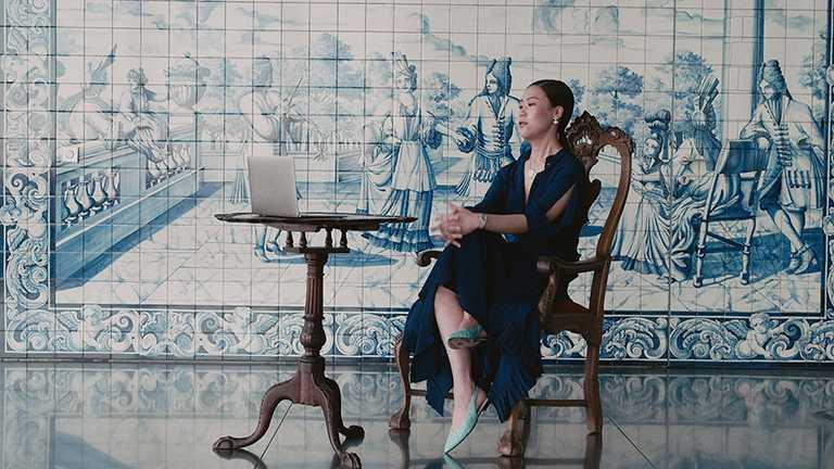 伯爵2021年「非凡女性」代表,韓裔古典鋼琴家孫烈音╱宋悅雲(Yeol Eum Son),佩戴PIAGET「Sunlight」系列18K白金鑽石墜鍊。(圖╱PIAGET提供)