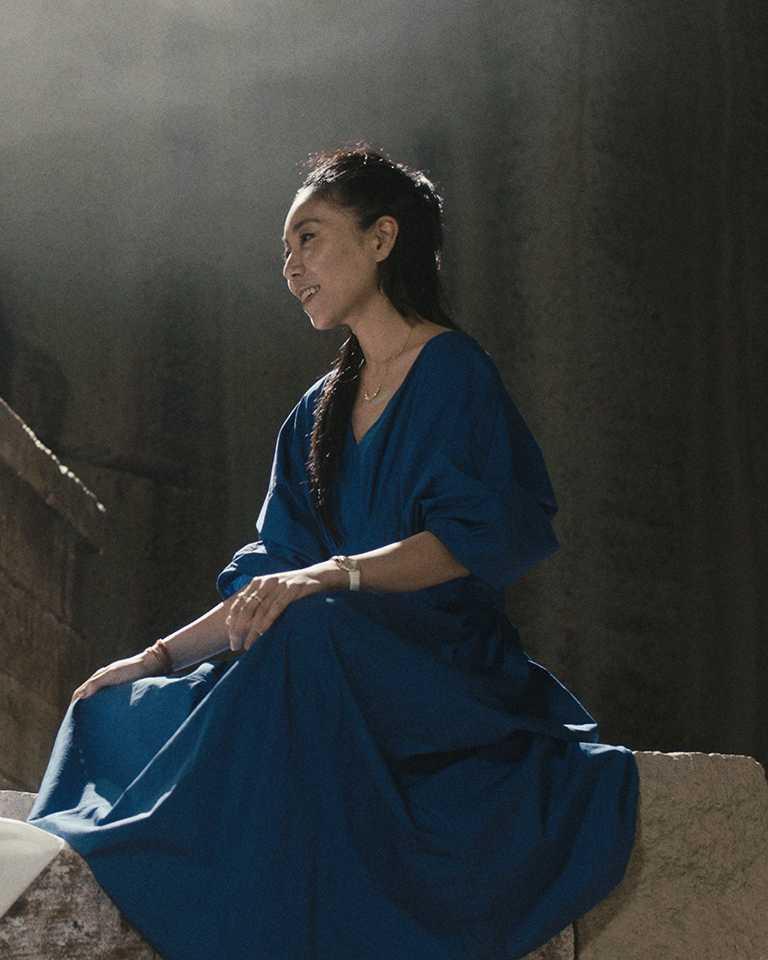 伯爵2021年「非凡女性」代表,日本電影導演安藤桃子(Momoko Ando),佩戴PIAGET「Limelight Gala」系列18K玫瑰金高級珠寶鑽石腕錶。(圖╱PIAGET提供)