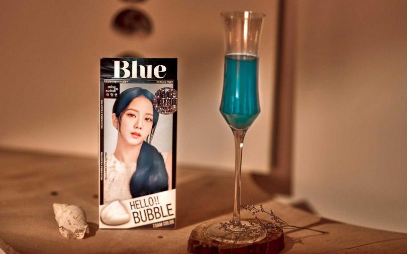 魅尚萱HELLO BUBBLE經典藍聯名調飲-Staycation。(圖/品牌提供)