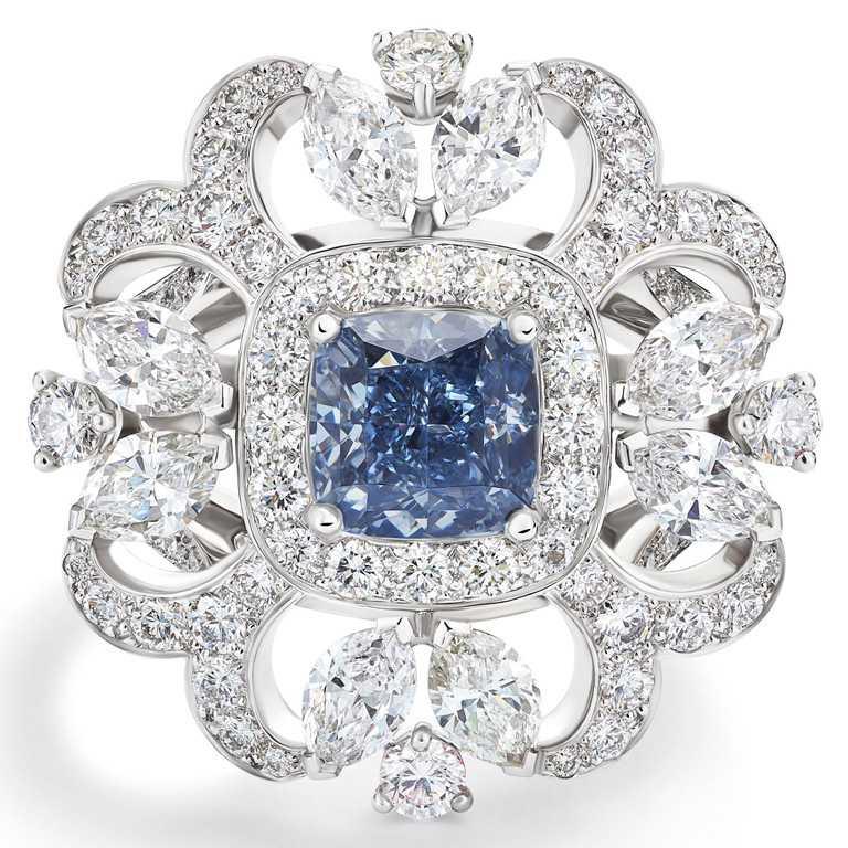 DE BEERS「Reflections of Nature」系列高級珠寶,Ellesmere Treasure藍鑽戒指,共101顆鑽石、總重4.19克拉,中央主鑽為重達1.53克拉的枕形切割艷彩藍鑽╱128,850,000元。(圖╱DE BEERS提供)