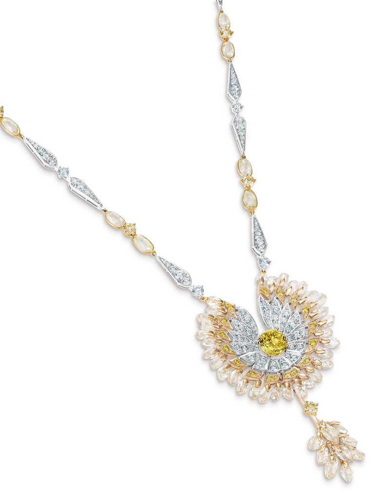 DE BEERS「Reflections of Nature」系列高級珠寶,Namib Wonder鳥形鑽石吊墜項鍊,圓形明亮式切割濃彩黃鑽主鑽2.31克拉╱17,800,000元。(圖╱DE BEERS提供)