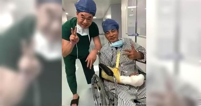 任達華日前出席活動被莫名男子水果刀刺傷,術後展開笑容已無大礙。(翻攝自新浪娛樂微博)