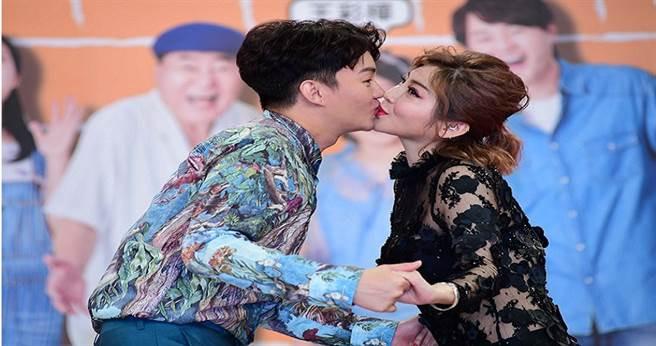王彩樺(右)獻吻「兒子」許富凱  。(圖/華視提供)