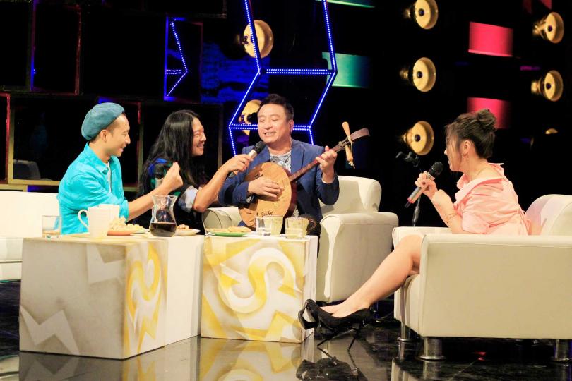 王中平在外表演沒找人合音,才發現整首歌「少一味」。