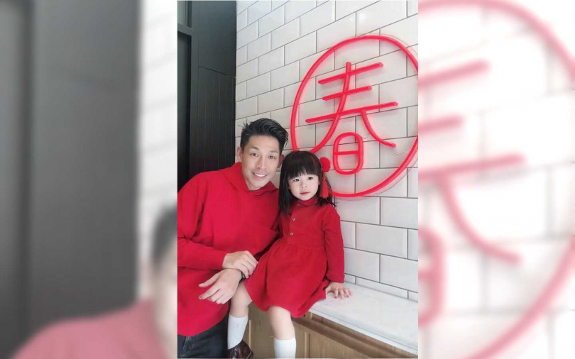 藍鈞天與女兒過年穿上紅色衣服添喜氣。(圖/故事工廠提供)