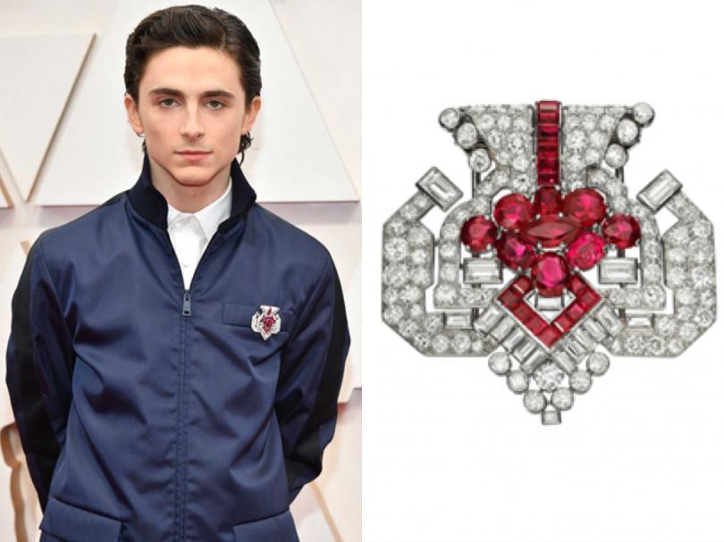 男星堤摩西柴勒梅德,以PRADA工作服搭配Cartier「古董珍藏」系列紅寶石胸針。(圖片提供╱Cartier)
