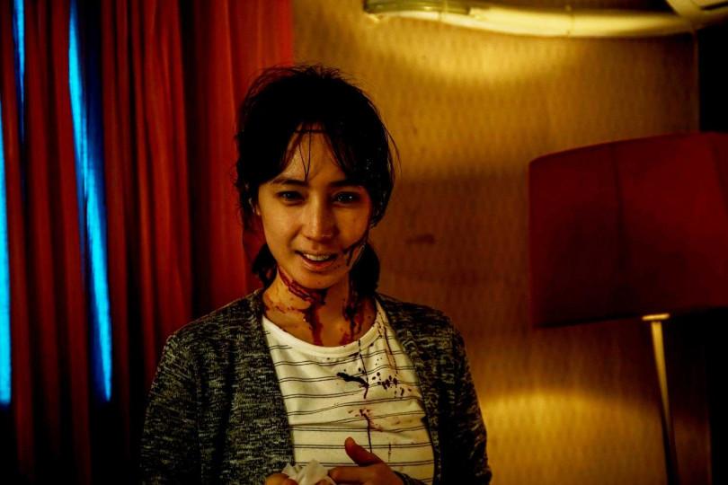 小薰在《76号恐怖書店》系列之一《租屋》畫上血妝增添驚悚感。(圖/七十六号原子提供)