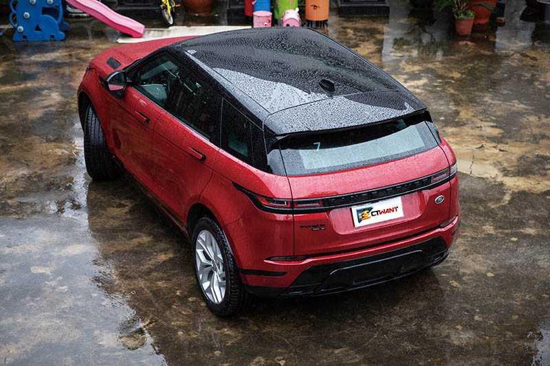 懸浮式車頂設計加上大片玻璃天窗,EVOQUE堪稱最美LSUV。(圖/張文玠攝)