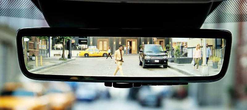 ClearSight電子後視鏡,透過車頂天線內的防水鏡頭,將後方視野傳送到隱傳統照後鏡面後方的高解析度彩色螢幕。(圖/業者提供)