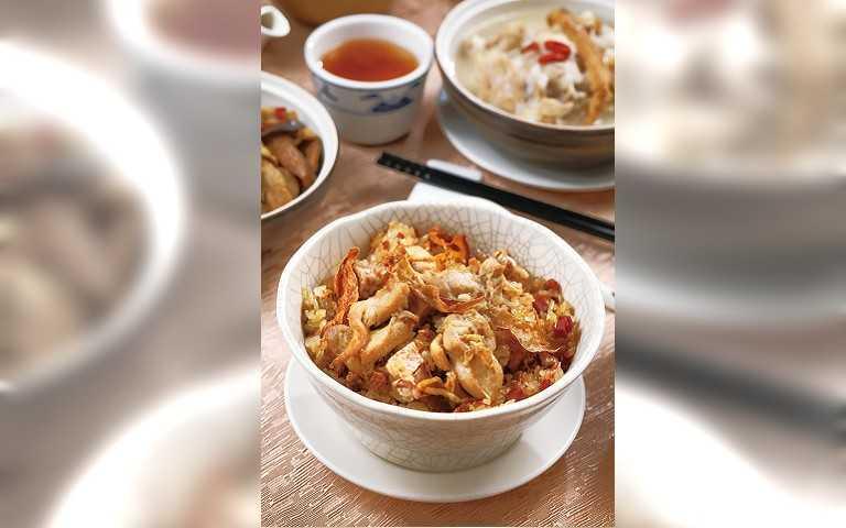 以傳統烹調方式烹煮的「麻油雞米糕」,古早味十足。 (原價168元,防疫價88元)(圖/于魯光攝)