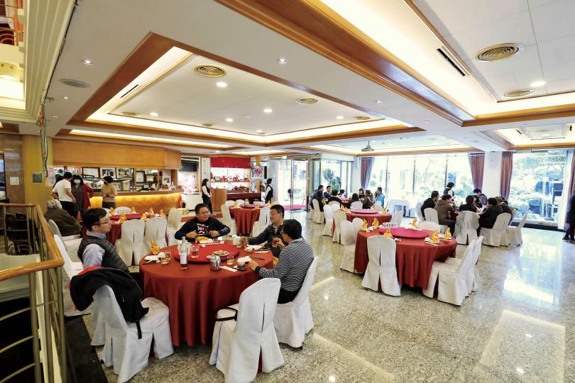 在新北市土城經營超過40年的「青青餐廳」,累積不少忠實顧客。(圖/于魯光攝)