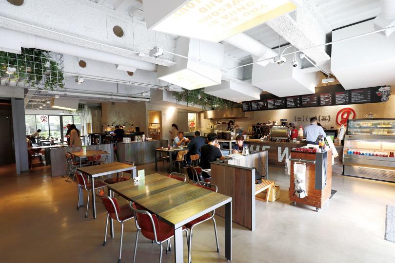 「Gonna共樂遊食.旅.生活」的空間擺設、主餐點心,滿足各種客人的用餐需求。(圖/于魯光攝)