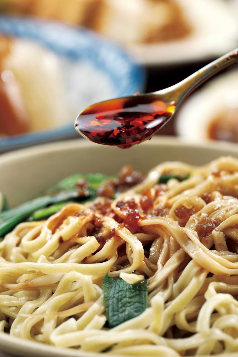 「乾意麵」,醬汁中的祕密武器是芝麻醬,讓香Q麵條的層次更多元。(35元/小)(圖/于魯光攝)
