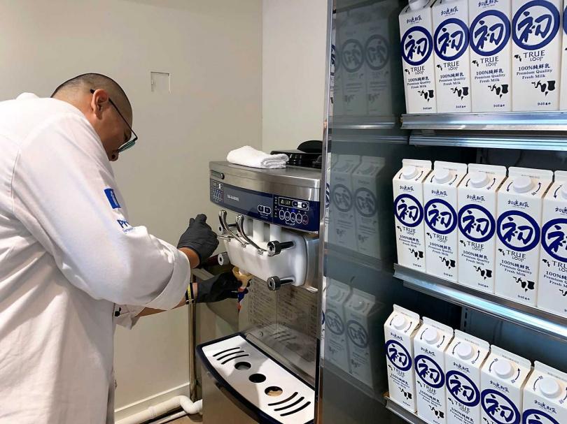 為了呈現最天然純淨的霜淇淋,選用初鹿牧場鮮乳推出純牛乳製成的特色冰。(圖/官其蓁攝)