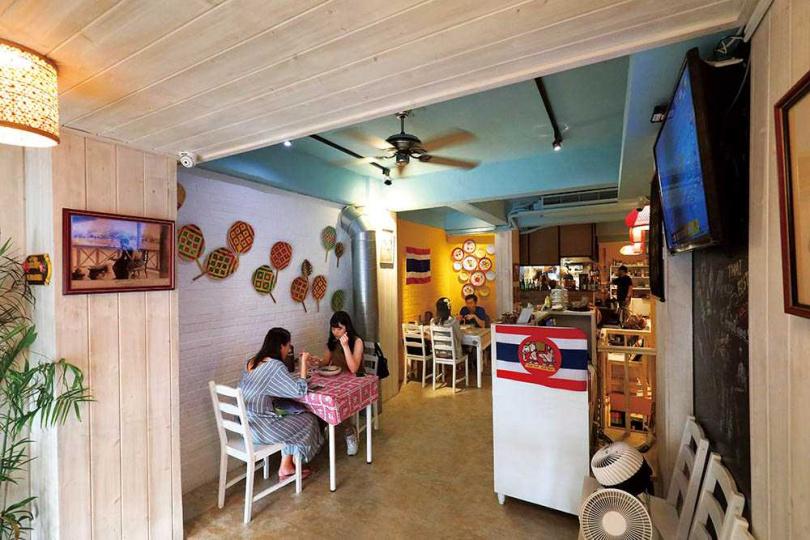 牆面以泰國常見圖騰與小物裝飾,增添泰式風情。(圖/于魯光攝)