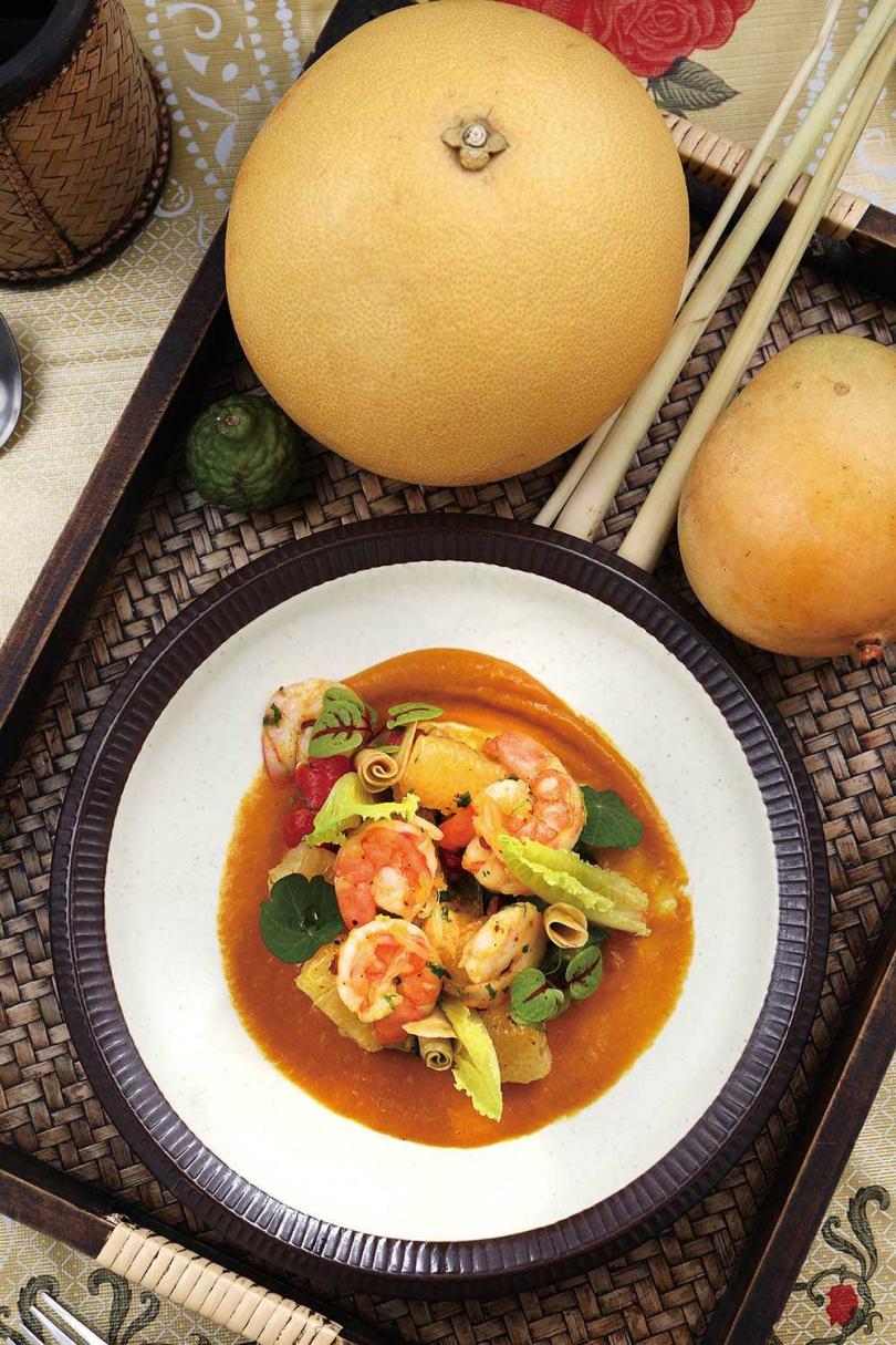 季節性菜色「柚子沙拉」選用新鮮大白柚,底部加上以焦化洋蔥和芒果乾製成的芒果醬,清爽可口。(320元,供應至1~2月)(圖/于魯光攝)