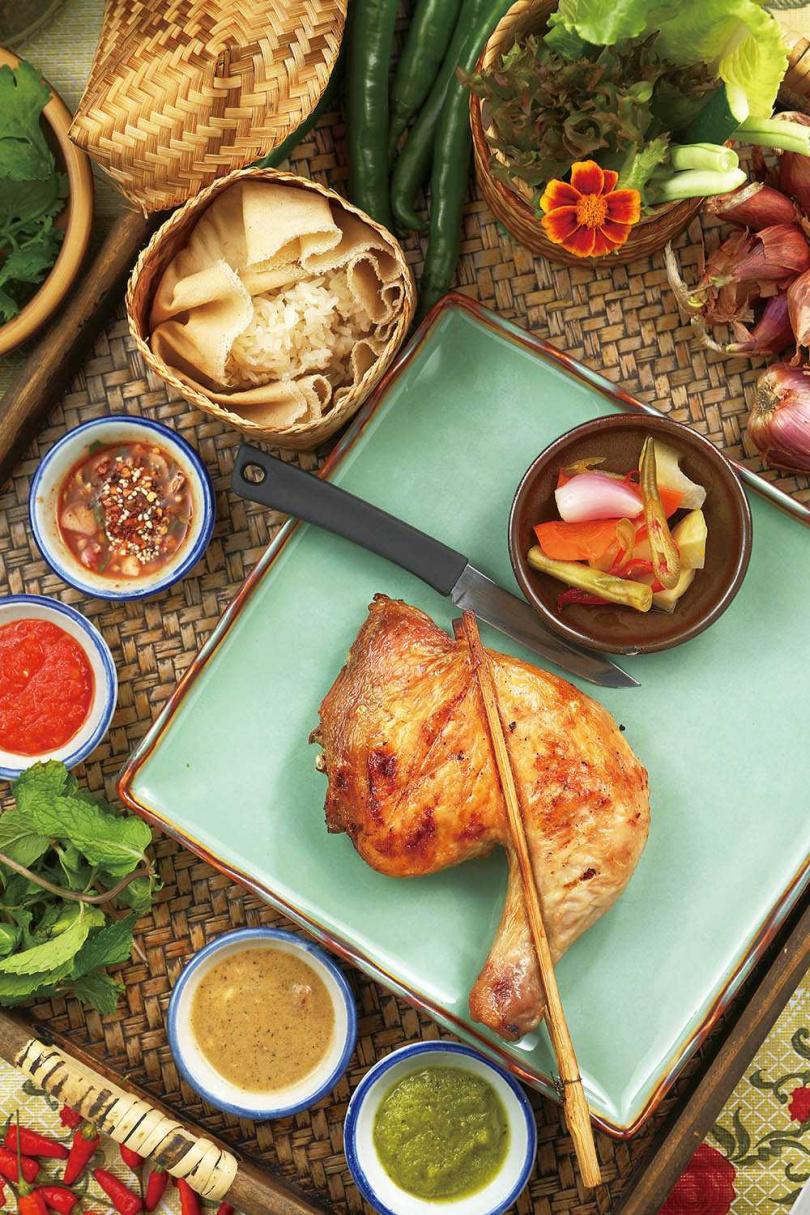 「酥皮烤大雞腿」皮脆肉嫩,再搭配傳統的糯米飯和酸香醃菜、特色沾醬,口味豐富不單調。(380元)(圖/于魯光攝)