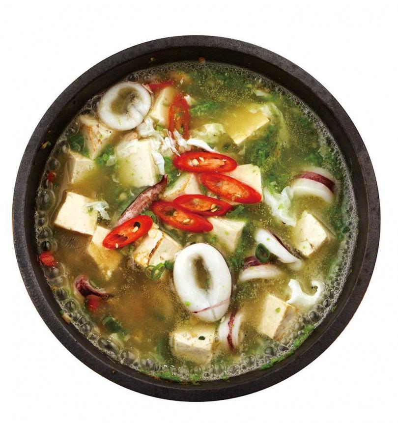 「翡翠海鮮豆腐」是嗆鍋燒系列之一,菠菜及蛋白湯頭裡,吃得到小卷、蝦仁和蛤蜊等鮮美海鮮食材。(420元)(圖/于魯光攝)