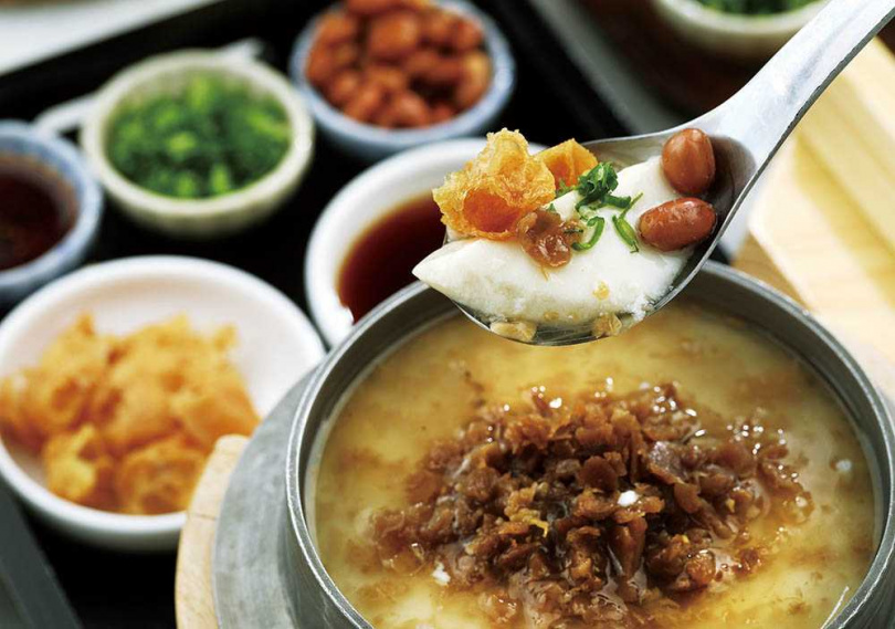 「釜鍋鹹豆花」入口是滑嫩豆香,還可搭配醬汁及配料一起吃,食趣十足。(220元)(圖/于魯光攝)