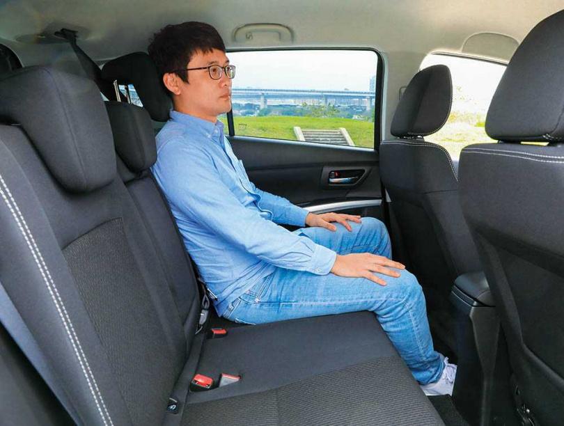 後排椅背能做兩段式調整,為乘坐者創造出更寬敞的頭部與膝部空間。(圖/馬景平攝)