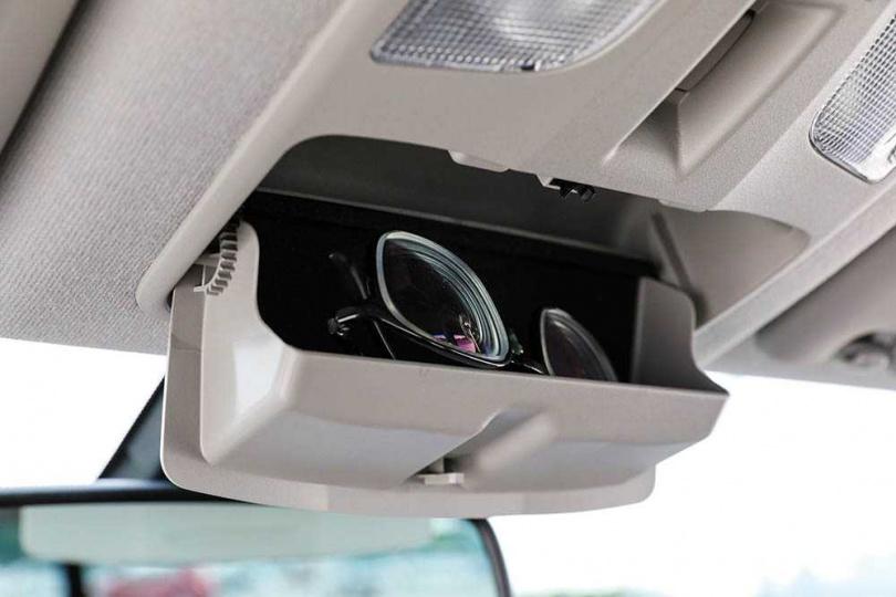 SX4車艙內隱藏不少貼心的置物小空間。(圖/馬景平攝)