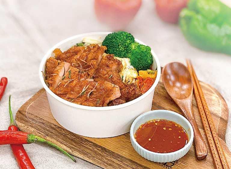 瓦城新推餐盒-泰式香辣雞腿飯。