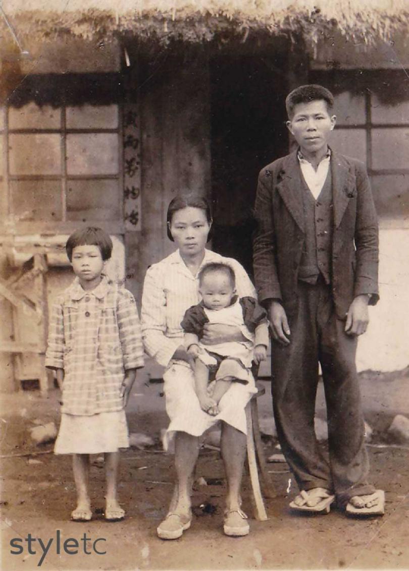 「福和成」第一代老闆洪錫柳(右一)曾在和菓子店上班,向日本人習得製餅手藝。(圖/店家提供)