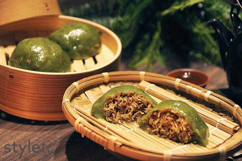 因洪曉龍的媽媽是客家人而衍生「草仔粿」品項,採用有機艾草搭配蘿蔔絲、胛心肉等製作,香氣四溢。(30元/顆)(圖/店家提供)