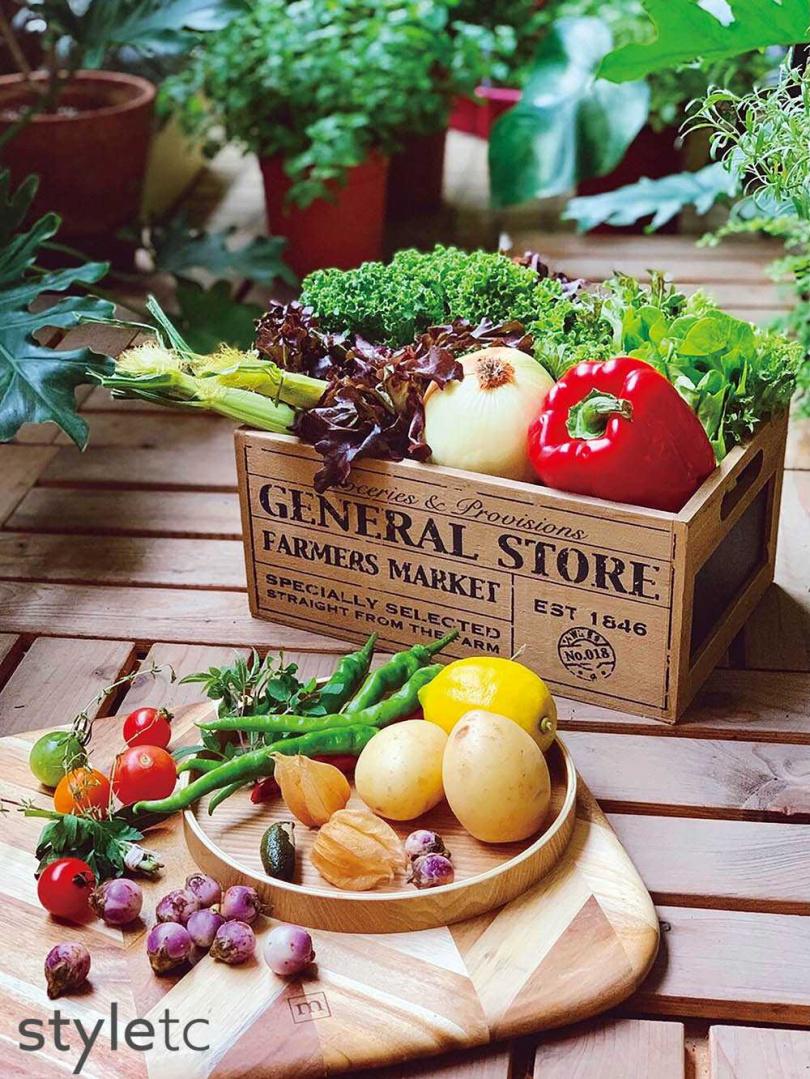 料理箱附上的多樣小農蔬菜,稍加利用就能延伸出2至3餐的份量。(圖/品牌提供)