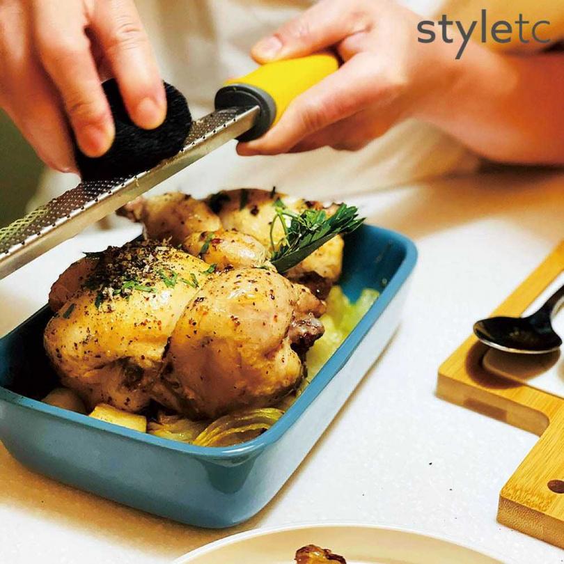 放入烤箱即可完成的「松露奶油烤春雞」。(圖/品牌提供)