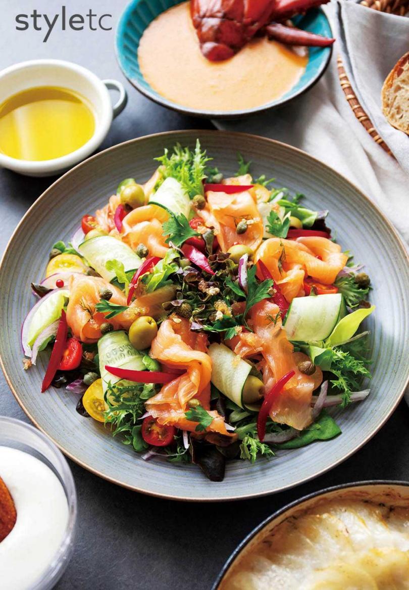 餐桌上常見的法式家常菜「煙燻鮭魚沙拉」作為前菜。(圖/Willis TSENG提供)