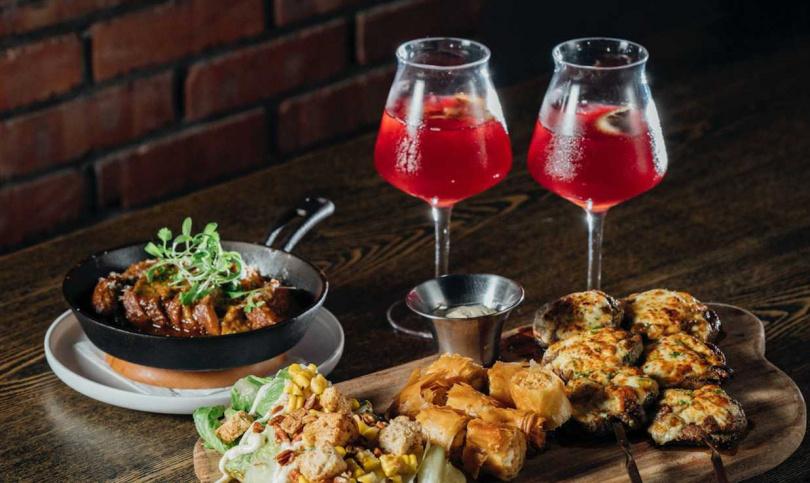 棧直火廚房肉盤組合與調酒驚喜搭配,肉食男女約會首選。(圖/業者提供)